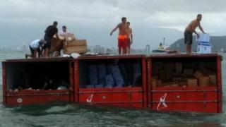 INTERNACIONAL: Brasil: Saqueadores Se Apoderan De Mercancía Que Cayó Por Accidente En El Mar Desde Un Buque De Carga